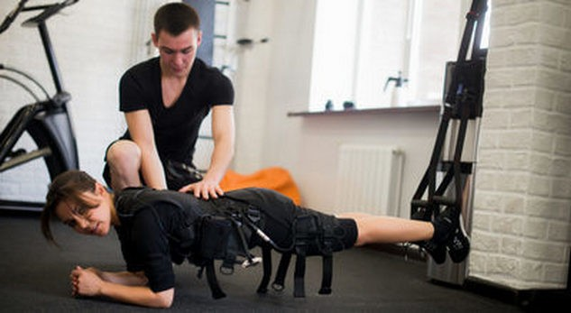 Девушка на тренировке по EMS