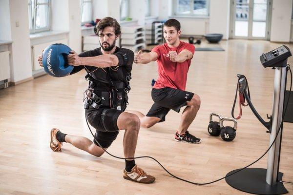 Два мужчины на ems тренировке